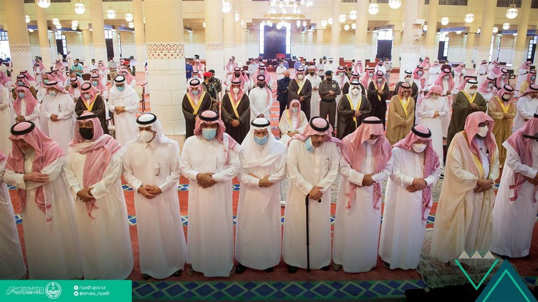 أمير الرياض بالنيابة يؤدي صلاة الميت على الأميرة دلال بنت سعود بن عبد العزيز