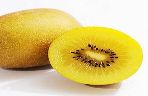 الكيوي الأصفر: يحتوي على 130 مليجرام من الفيتامين في كل حبة.