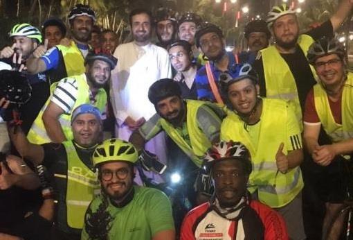 """وزير الصحة """"يتمشى"""" على الواجهة البحرية الجديدة في جدة ويفاجئ مجموعة من الدرّاجين"""