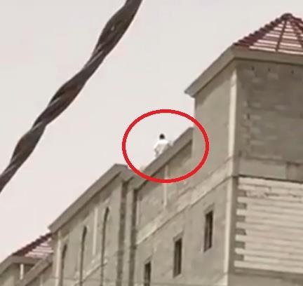إحباط محاولة شاب الانتحار من أعلى مبنى تحت الإنشاء بحفر الباطن (فيديو)