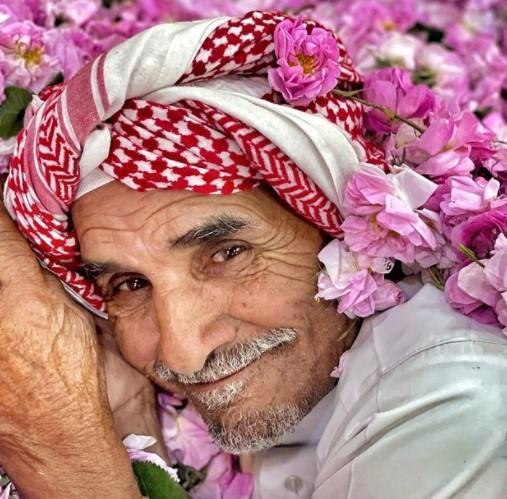 تعرف على قصة صورة مزارع الورد الطائفي الشهيرة.. ومن التي التقطتها؟