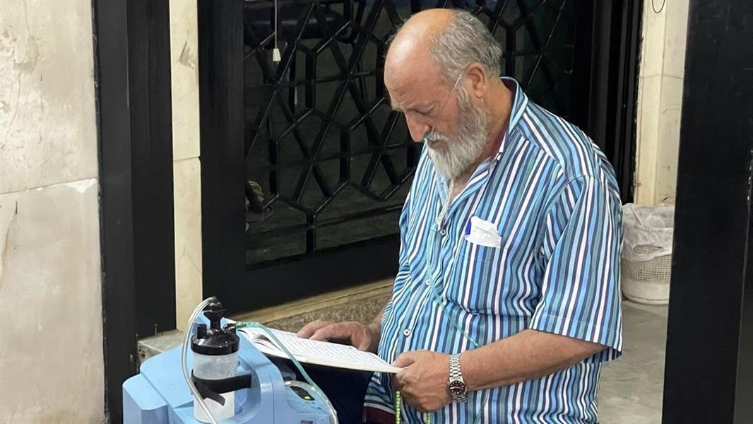 """صورة .. رجل لبناني يلجأ إلى مسجد بحثا عن """"أكسجين"""" نتيجة انقطاع التيار الكهربائي"""