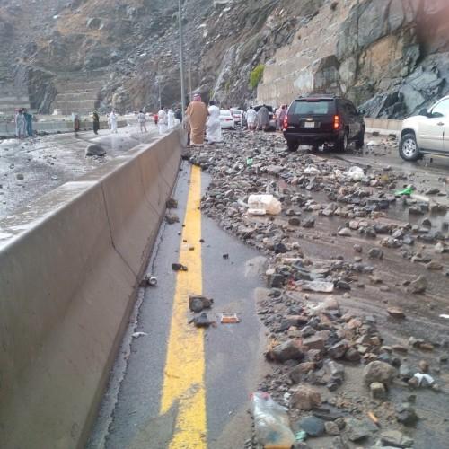 الأمطار تغلق «عقبة الهدا» بعد سقوط الصخور على الطريق