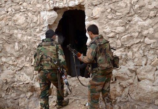 جنديين من الجيش السوري