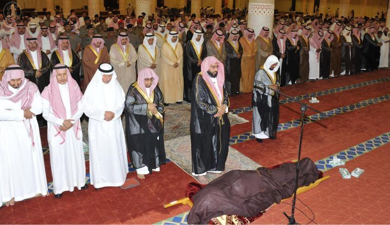 الأمير أحمد وأمير الرياض يتقدمان صلاة الميت على الأمير عبدالعزيز بن فهد بن سعد