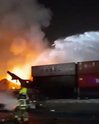 مكتب دبي الإعلامي: تمت السيطرة على حريق السفينة في ميناء جبل علي