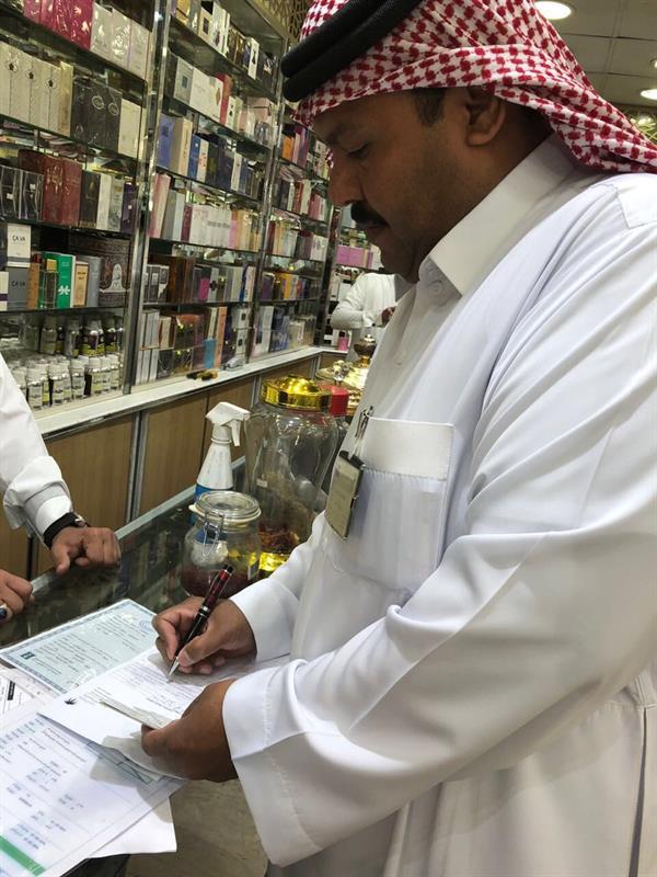 مكتب العمل يضبط مخالفات لقرار التوطين خلال جولاته التفتيشية بسوق العمل في الطائف
