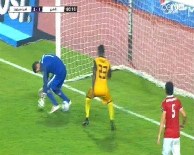 """بالفيديو .. حارس """"الأهلي المصري"""" يتسبب في هدف كوميدي وهزيمة فريقه!"""