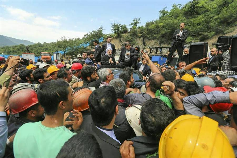 شاهد.. محتجون غاضبون يوقفون سيارة الرئيس الإيراني بالقوة ويحاولون الاعتداء عليه