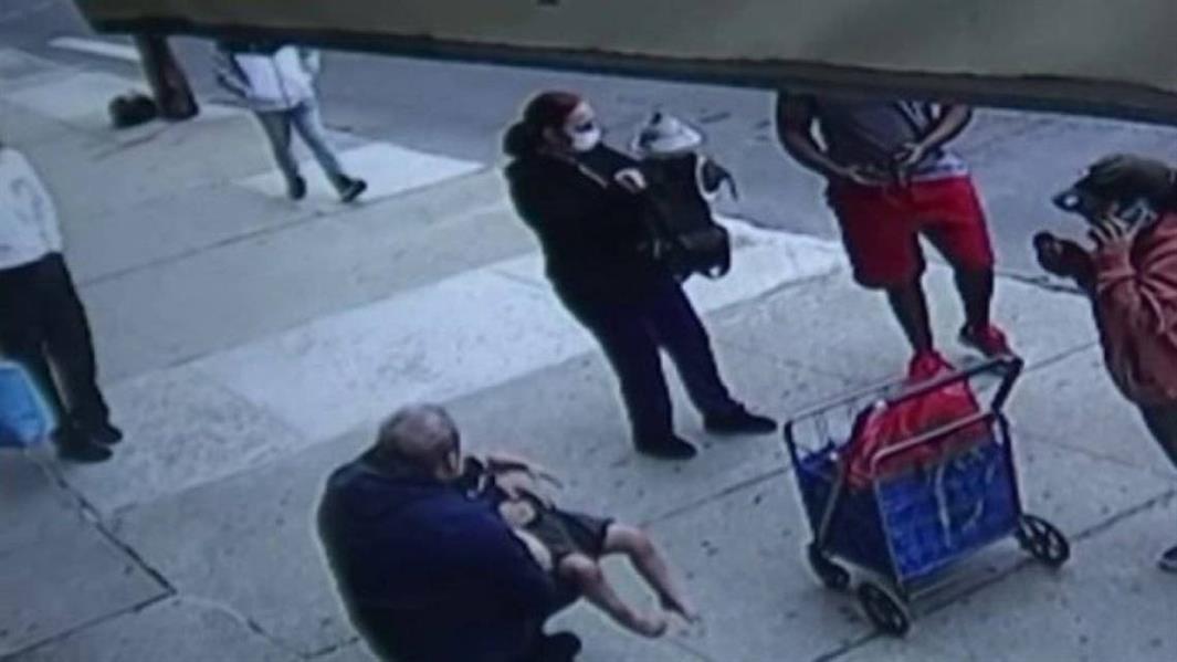 بالفيديو .. طفل مصاب بمتلازمة داون ينجو بأعجوبة بعد سقوطه من الطابق الخامس في نيويورك