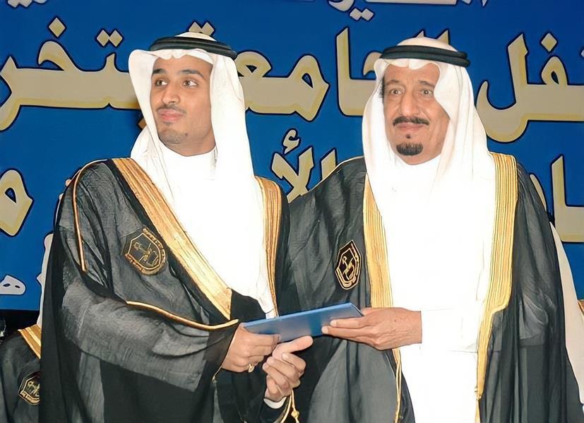 صورة لخادم الحرمين من حفل تخرّج ولي العهد في جامعة الملك سعود