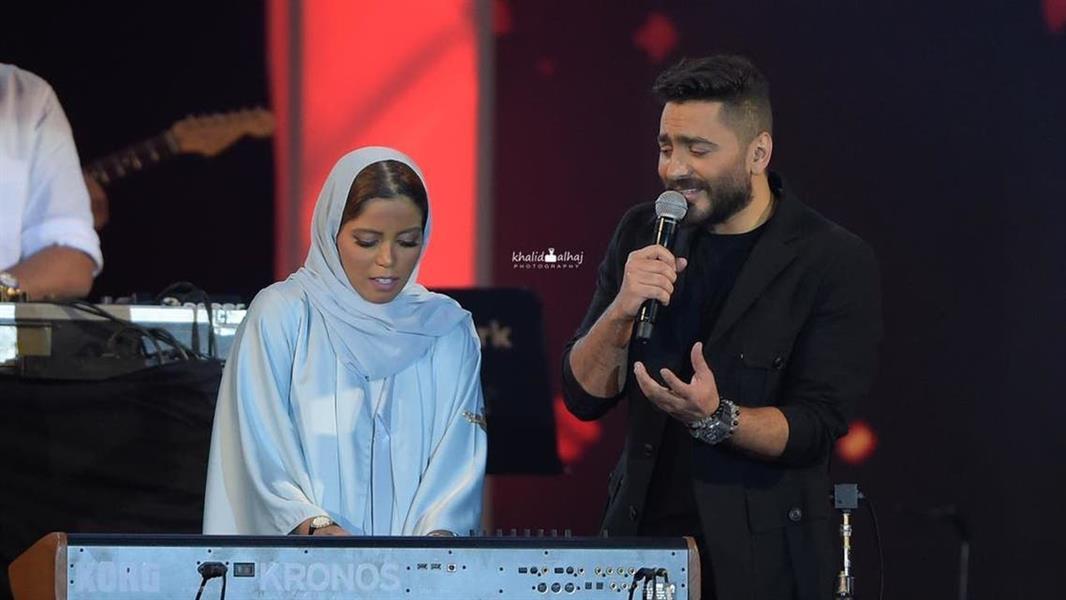 """شاهد .. فتاة سعودية تلعب """"بيانو"""" في حفل الفنان تامر حسني في جدة ، جذب انتباه الجماهير"""