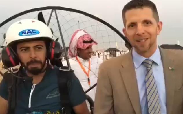 بالفيديو.. القنصل الأمريكي يشارك في عرضة بمهرجان سياحي.. ويوجه رسالة بالعربية