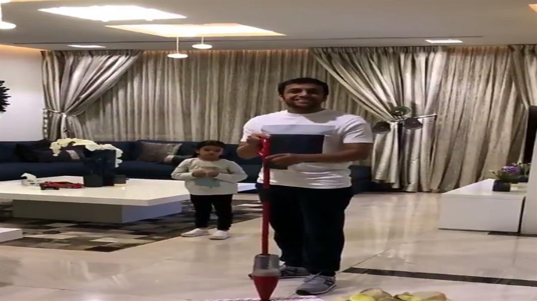 بالفيديو.. الشلهوب يقبل تحدي جوميز ويقلد احتفاله بالأهداف