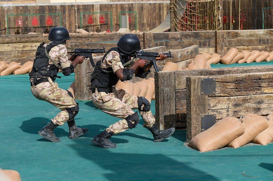 صور.. فرضيات قتالية ومكافحة إرهاب في تخريج دورة الطلبة ودورات تخصصية بقوات الأمن الخاصة