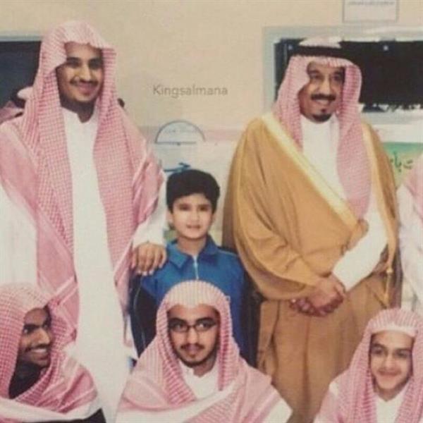 أخبار 24 صورة قديمة لخادم الحرمين أثناء زيارته لمحمد بن سلمان