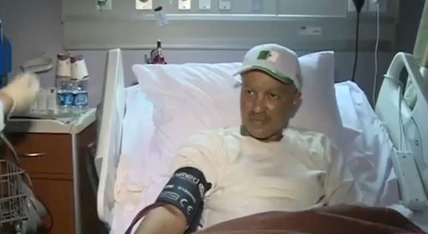 الصحة تمكن حاجاً مصاباً بالسرطان تعرض لبتر ساقه في رافعة الحرم من أداء الحج (فيديو)