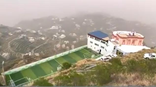 مواطن يحوّل سطح منزله لملعب فوق جبال فيفاء