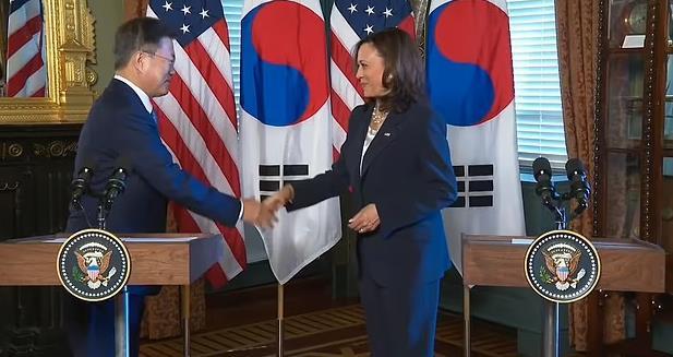 رد فعل بايدن بعد مصافحته لرئيس كوريا الجنوبية يضعها في مرمى النقد
