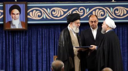 علي خامنئي (يسارا) يسلم الرئيس حسن روحاني تفويض الرئاسة في مراسم في طهران