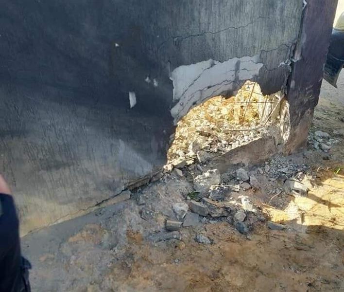 آثار التفجير على جدار المدرسة