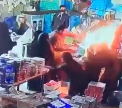 """""""منقذ المتسوقين من اشتعال النيران"""": تحملت حرارة الموقد لإنقاذ السوق من كارثة"""