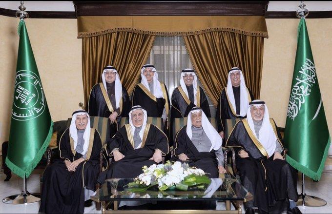 صورة تجمع قادة القطاع المالي والنقدي في المملكة خلال الثلاثة عقود الماضية