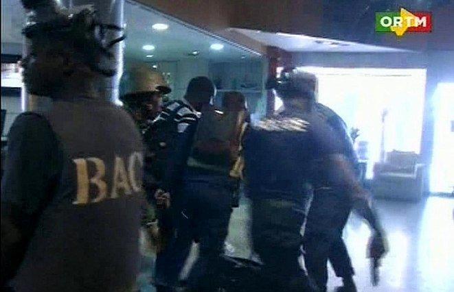 صورة تلفزيونية تظهر عملية تحرير بعض الرهائن في فندق راديسون بلو في مالي