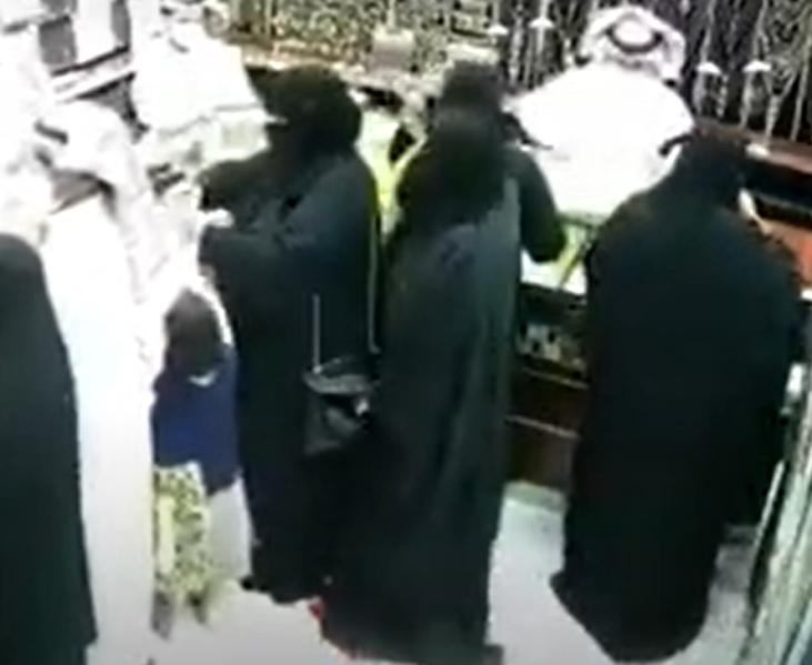 سرقة حقيبة امرأة داخل محل ذهب