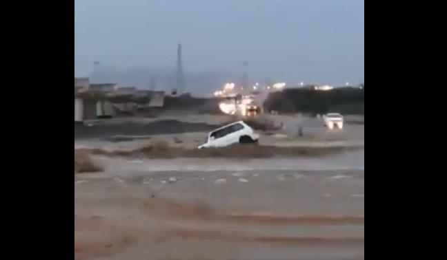 سائق يتجاهل تحذيرات رجال الدفاع المدني ويقتحم السيل والمياه تجرف سيارته