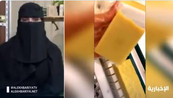 شابة سعودية تلفت أنظار سياح العلا بصنع منتج تجميل للبشرة من حليب الإبل والتمر