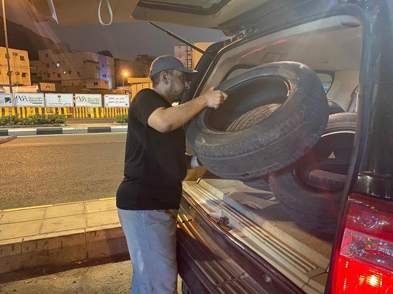 بلمسات فنية.. معلم يحوِّل إطارات السيارات لأحواض زراعية جميلة بفناء منزله