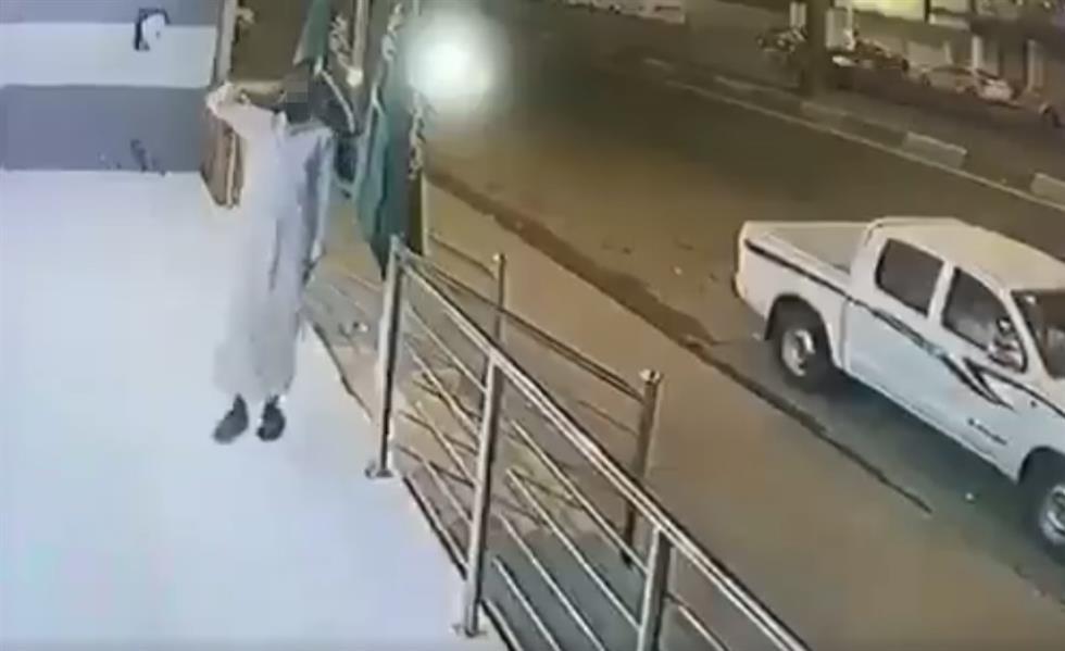 شاب يؤدي التحية العسكرية أمام كاميرا المراقبة ثم يسرق العلم الوطني