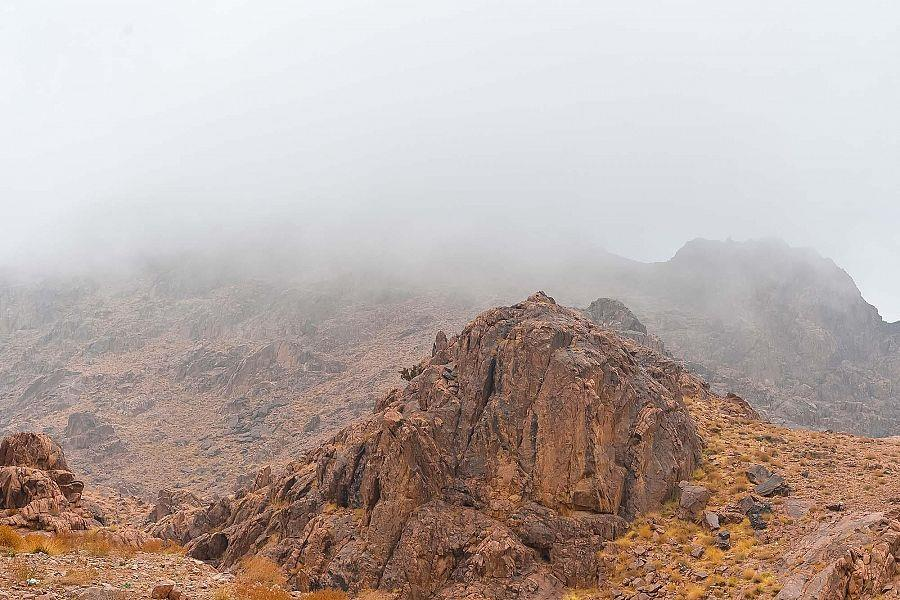"""أجواء ضبابية على قمم """"جبال اللوز"""" في نيوم"""