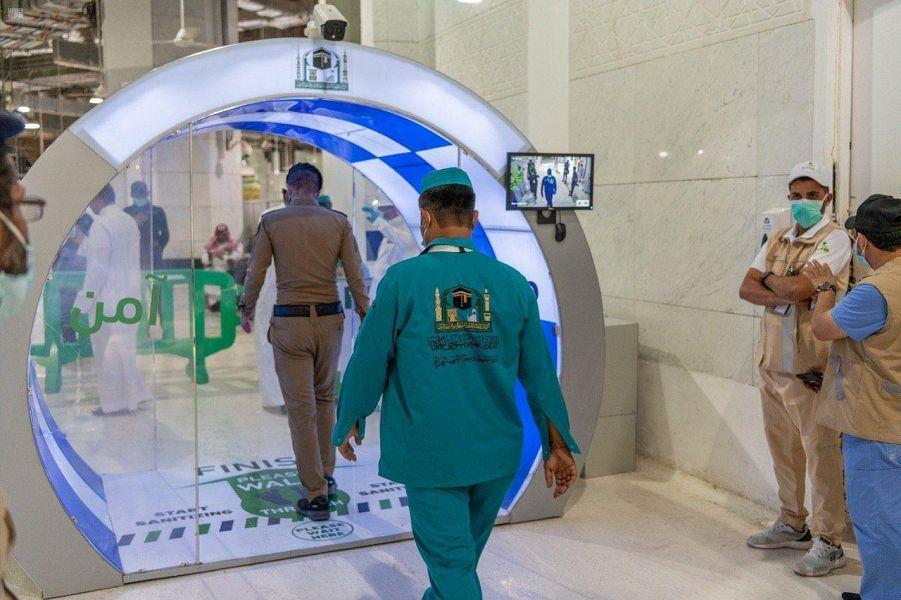 """""""شؤون الحرمين"""" تدشن بوابات التعقيم الذاتي المتطورة على أبواب المسجد الحرام"""