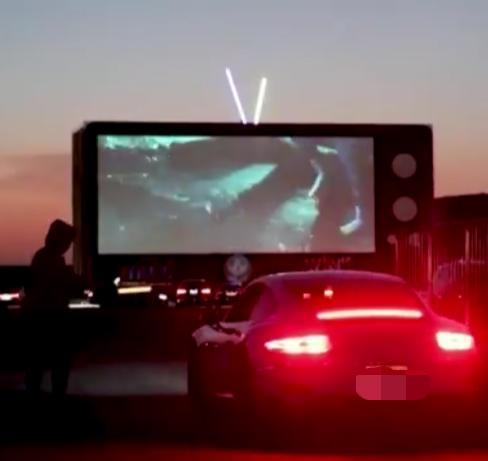 """""""سينما السيارات"""" في الرياض تجربة أذهلت الزوار.. وهذه كانت انطباعاتهم"""