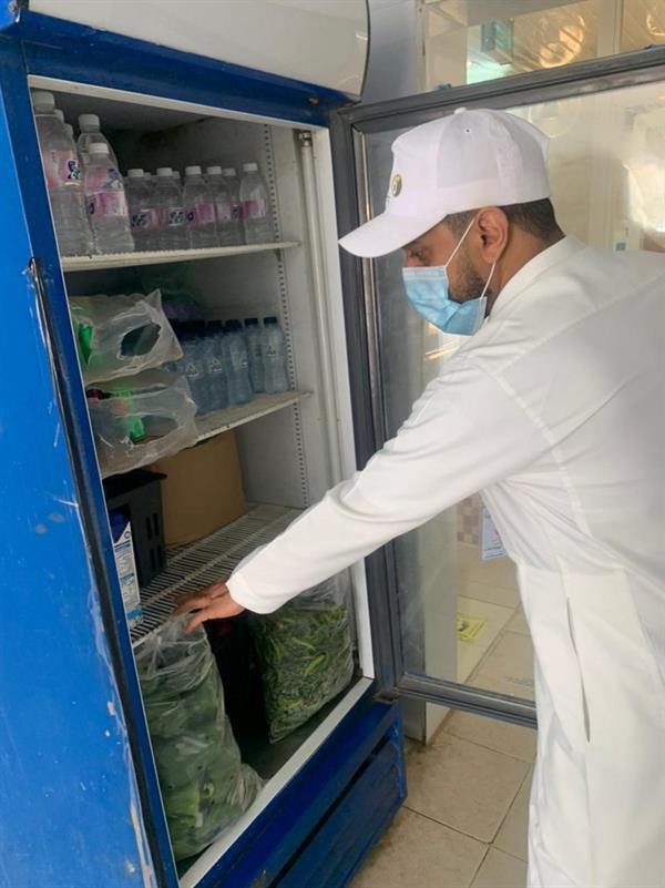 """""""بلدية بارق"""" تغلق مطعمًا ومركزًا تجاريًّا وتواصل جولاتها اليومية"""