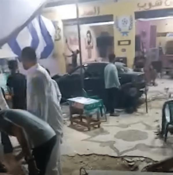 اقتحام سيارة مقهى في مصر ، مما أدى إلى إصابة متابعين لمباراة لكرة القدم