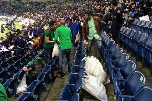 بالصور .. المبتعثون السعوديون يُنظِّفون المدرجات عقب لقاء اليابان