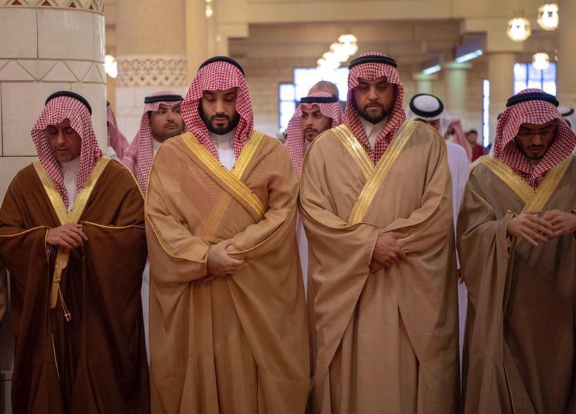 خادم الحرمين يؤدي صلاة الميت على الأمير طلال بن سعود