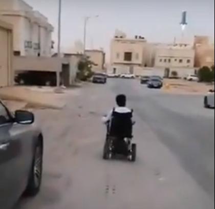 شاب قعيد يحرص على الصلاة في المسجد متحدياً إعاقته
