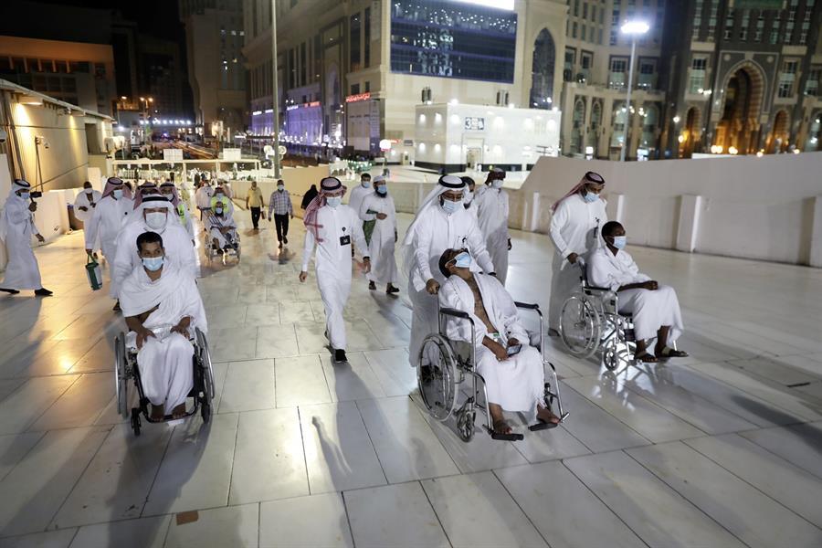"""صور.. تسهيل أداء العمرة لعددٍ من """"ذوي الإعاقة"""" تزامناً مع الاحتفال بيومهم العالمي"""
