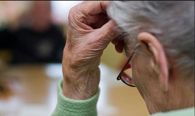 """تعرف على الفرق بين أعراض الشيخوخة الطبيعية ومرض """"الزهايمر"""""""