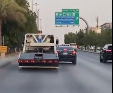 """""""المرور"""" يلقي القبض على سائق سطحة قاد بتهور على أحد الطرق في الرياض"""