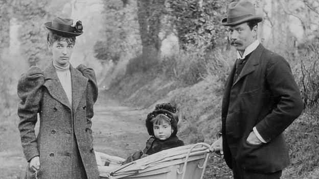 ليدي إيفيلين وزوجها جون كوبولد وطفلتها