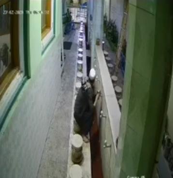 لص بسرقة صنبور من دورة مياه بأحد المساجد