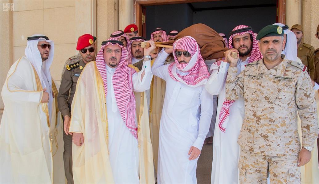 مشاركاً في حمل النعشين.. أمير القصيم يؤدي صلاة الميت على شهيدي الواجب الحربي