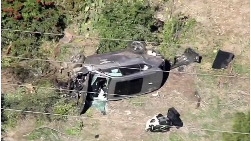 """تعرض لاعب الغولف الأمريكي الشهير """"تايغر وودز"""" لكسور نتيجة انقلاب سيارته (فيديو وصور)"""