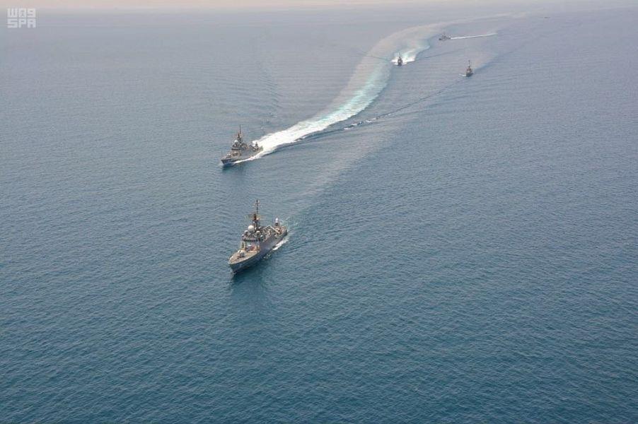 شاهد.. بمشاركة غواصات.. البحرية تجري تمرينات متقدمة مع نظيرتها الباكستانية في مياه الخليج
