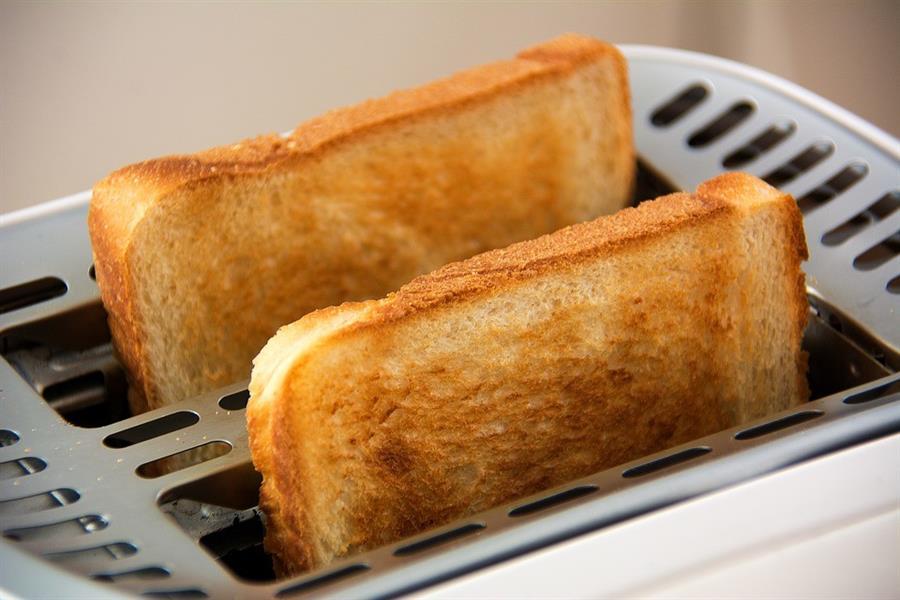 5- تحميص الخبز: تحميص النشويات ومنها الخبز لفترة طويلة عند درجات حرارة مرتفعة، قد ينتج مركباً كيميائياً يسبب السرطان وفقاً لمن